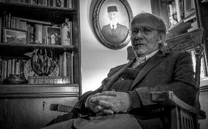 Manuel Rodríguez Becerra, en el estudio de su casa. Al fondo, un cuadro con el retrato de su bisabuelo.