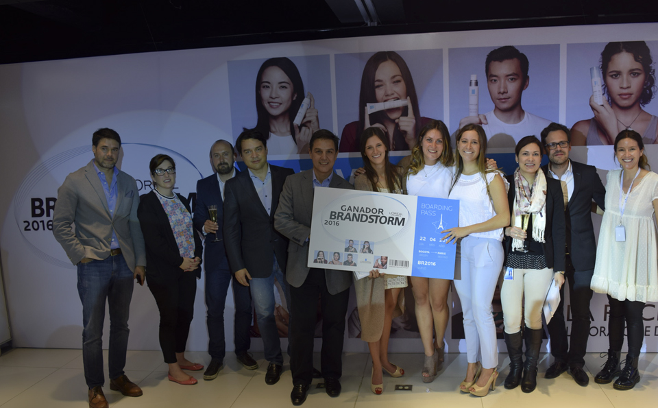 grupo de estudiantes sostienen premio