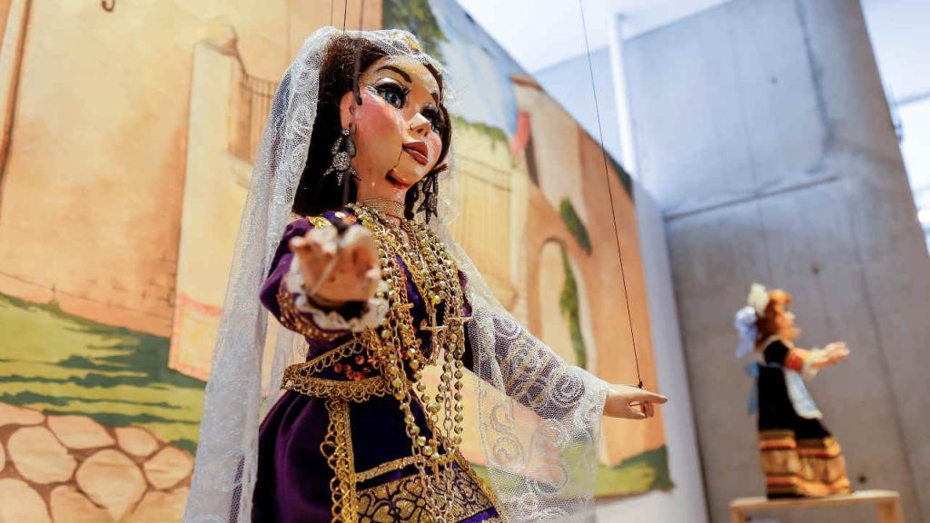 Algunos montajes teatrales requieren entre tres y seis titiriteros para lograr que las marionetas se muevan de manera muy realista.