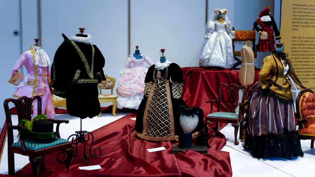 Para el artista el vestuario de las marionetas es fundamental. Él hizo dos maestrías para perfeccionar este arte.