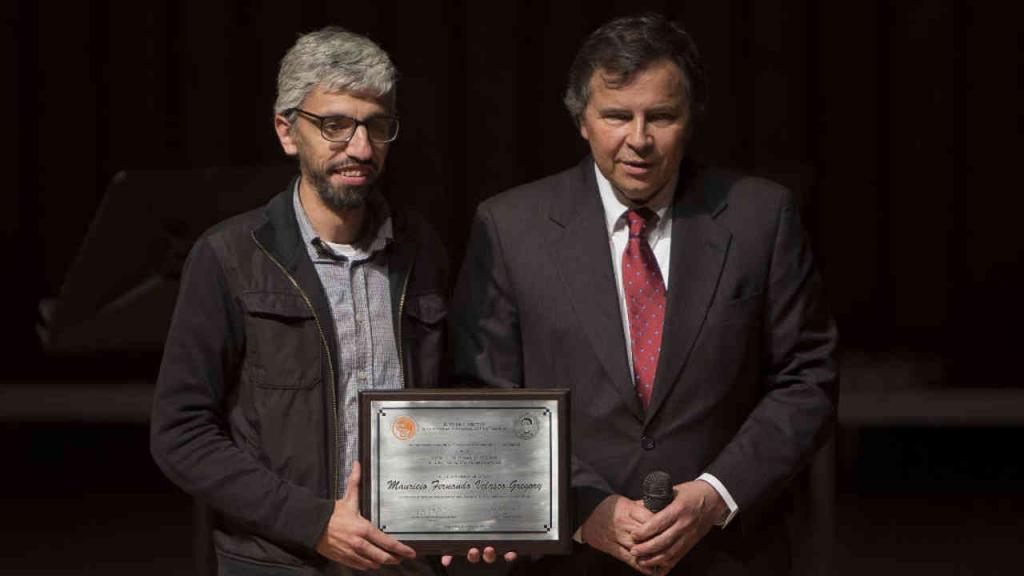 El profesor del Departamento de Matemáticas de la Universidad de los Andes Mauricio Velasco Gregory fue galardonado con el premio José Fernando Escobar por su trabajo investigativo en optimización y geometría algebraica.
