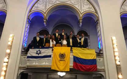 Un grupo de estudiantes uniandinos en el Modelo de la ONU.