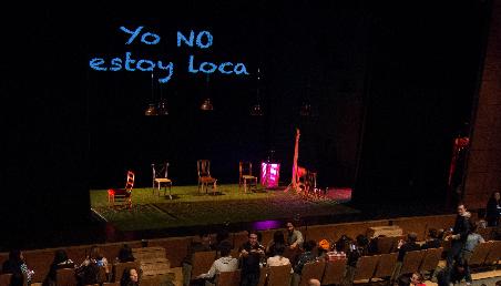 Imagen del auditorio Mario Laserna con el montaje de la obra de teatro Yo no estoy loca