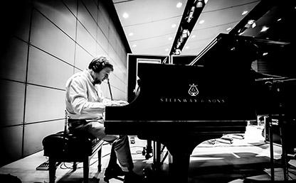Maestro Óscar Acevedo tocando piano.