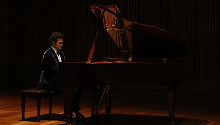 Abdiel Vázquez interpreta el piano