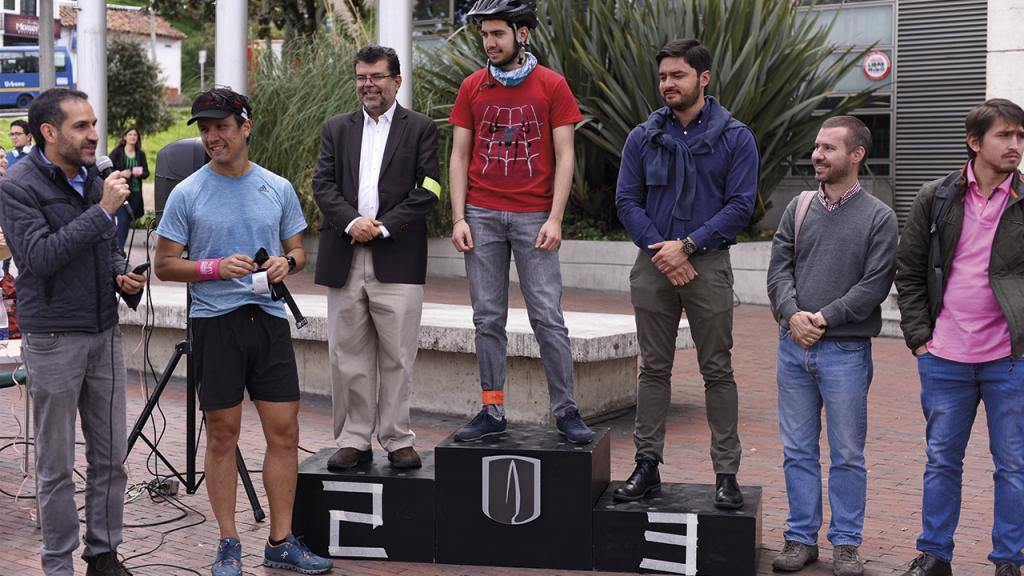En el pódium de la Carrera de Modos: bicicleta, taxi, automóvil eléctrico, Transmilenio, a pie y SITP.