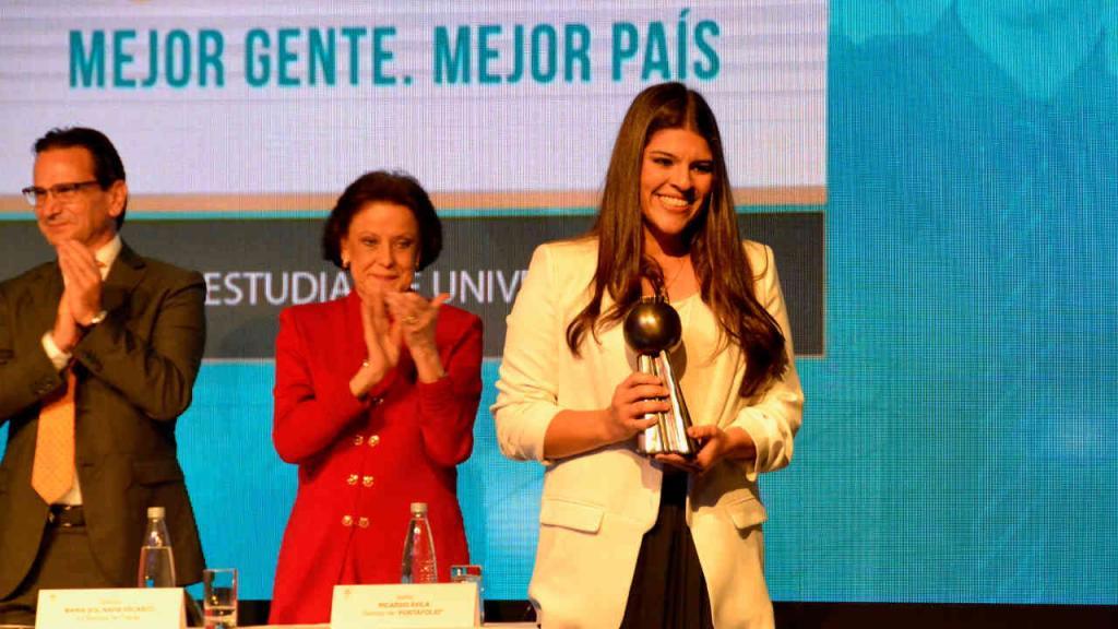 María Andrea González, de la Universidad de los Andes, recibió el premio Portafolio a la mejor estudiante del 2017. La hoy egresada de la Facultad de Administración hizo parte de un grupo de once personas y empresas que fueron distinguidas por el diario como los mejores del país.
