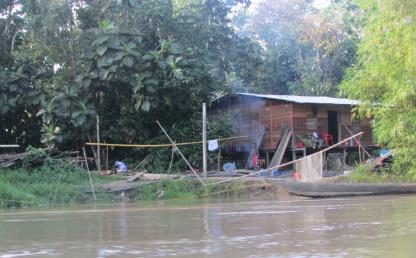 Cabaña de madera a orillas del río en el Pacífico colombiano.