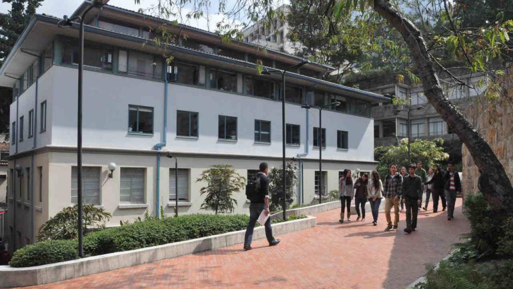 Estudiantes se movilizan por el frente del edificio RGB, en donde está ubicada la Facultad de Derecho en la Universidad de los Andes.