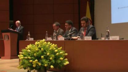 Rafael Guillermo Beltrán Pulido, profesor de la Universidad de los Andes, frente al público dando discurso