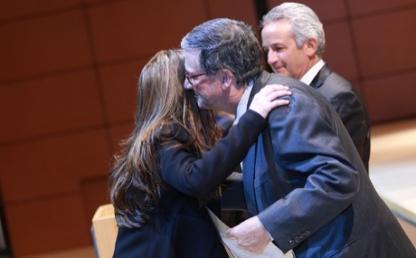 rector Pablo Navas entregando diplomas