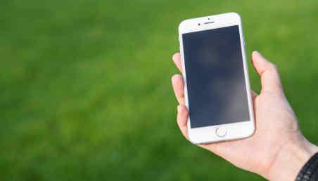 Una persona sostiene un celular en su mano.