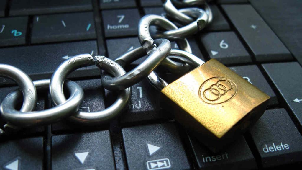 Imagen de un teclado con un candado, reflejando la censura.