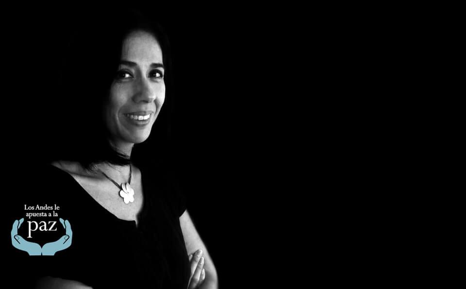 Profesora Beatriz Sánchez, fondo negro.