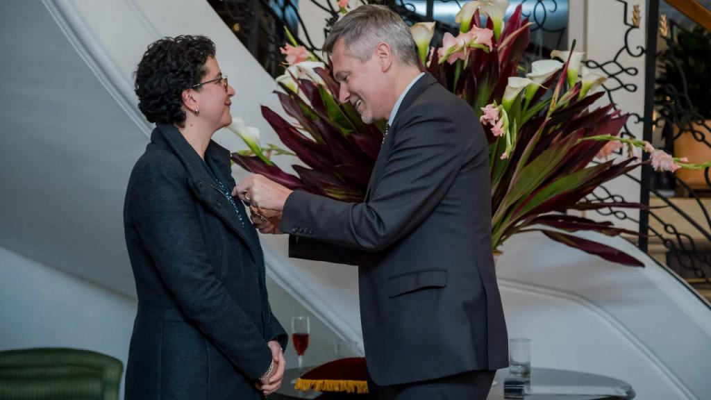 Silvia Restrepo  condecorada por el embajador de Francia