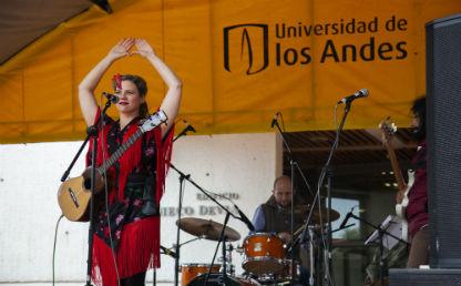 Artista se presenta en escenario de la Universidad de los Andes.