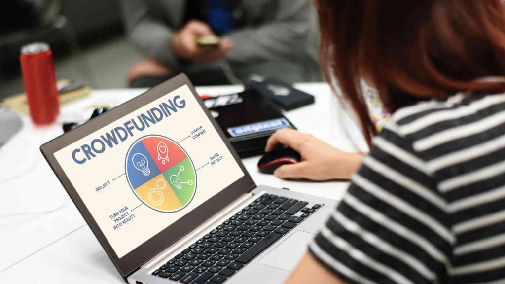 Una persona en un computador revisa información sobre crowfunding