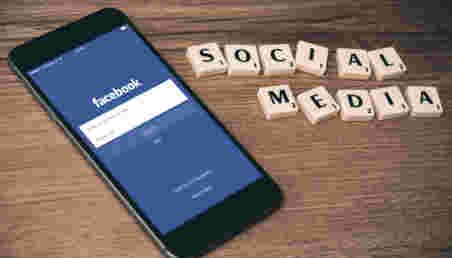 Imagen de un celular en que se ve la página de inicio de una red social