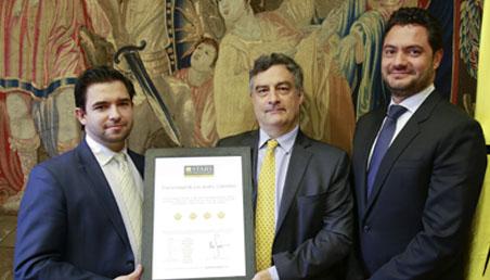 Carl Langebaek y Eduardo Behrentz (vicerrectores académico y de desarrollo de Uniandes) recibiendo el reconocimiento QS de parte de Bernardo Rodrigues