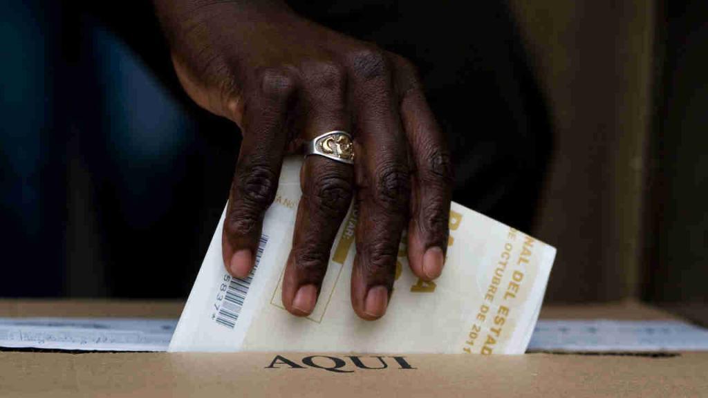 Una persona deposita su voto en una de las urnas de la Registraduría.
