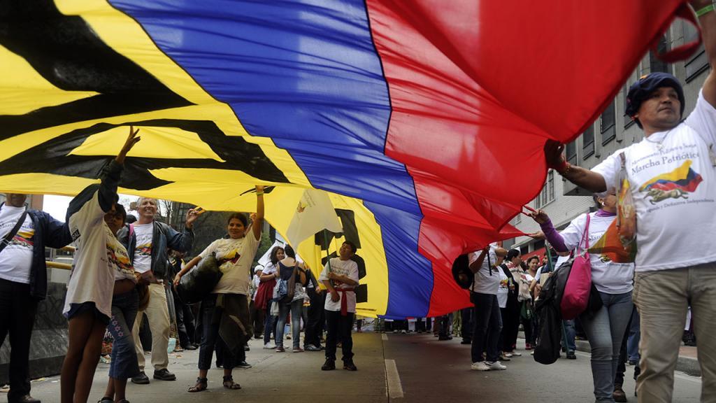Colombianos marchan en la calle
