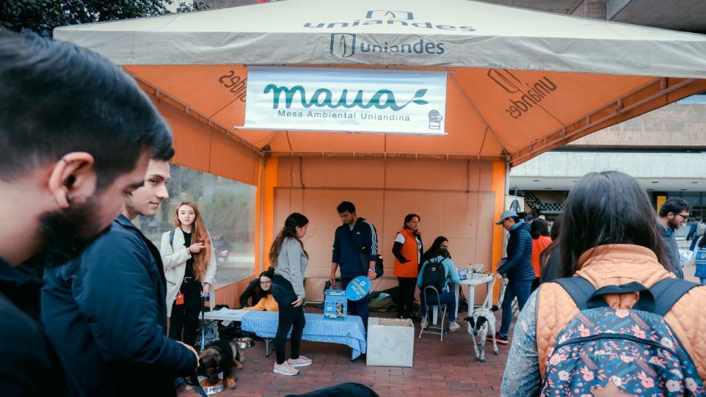 Carpa de atención de una jornada de adopción animal organizada por la Mesa Ambiental Uniandina Maua.