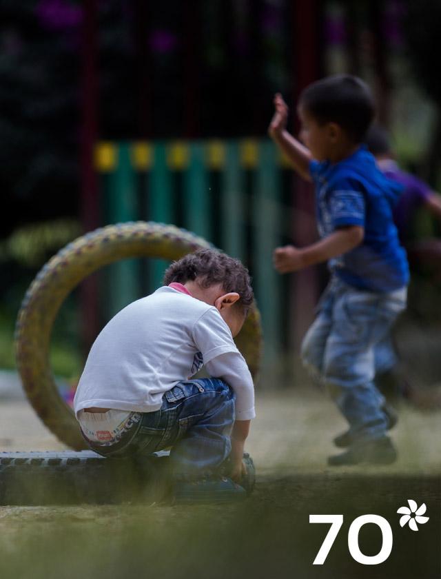 Tres niños juegan con llantas en zona rural de Cundinamarca, Colombia.
