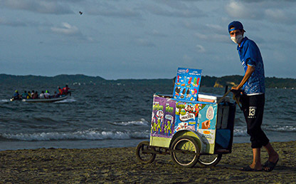 Vendedor de helados en las playas de Cartagena