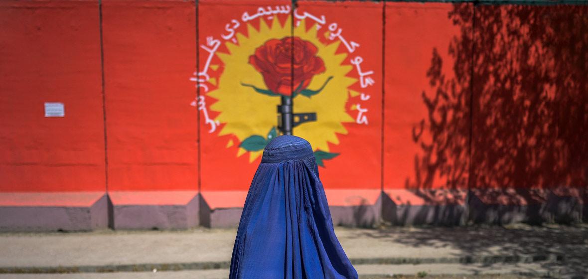 Mujer afgana camina vestida con una burka