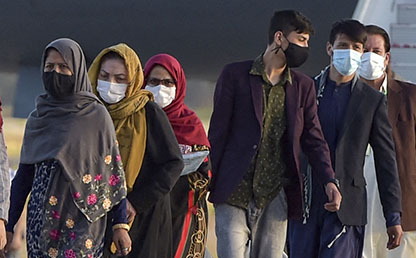 Hombres y mujeres afganas