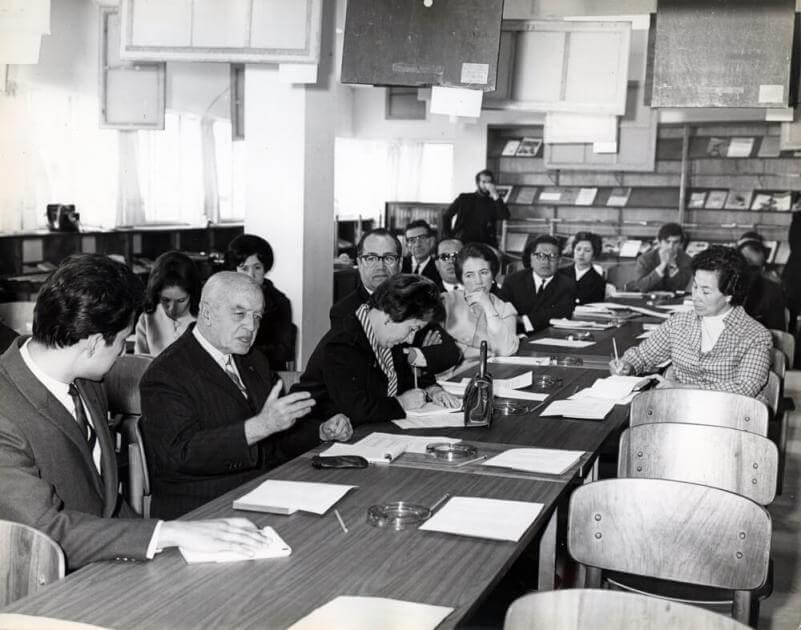 foto antigua en blanco y negro de reunión de directivos en una mesa