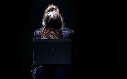 Mujer aislada frente a computador