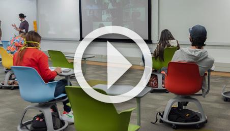 Foto de un salón de clases que respeta las distancias recomendadas