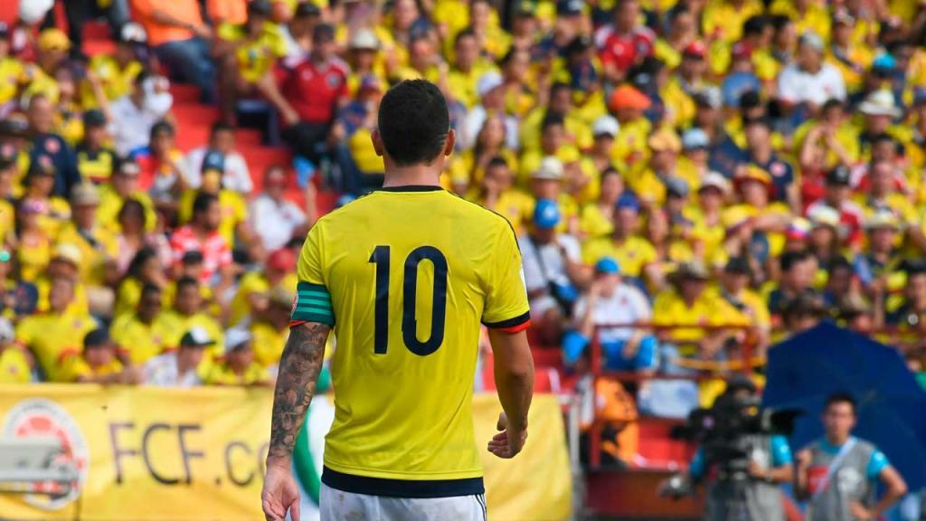 Un jugador de fútbol, de espaldas, con el número 10 y de fondo la tribuna llena.