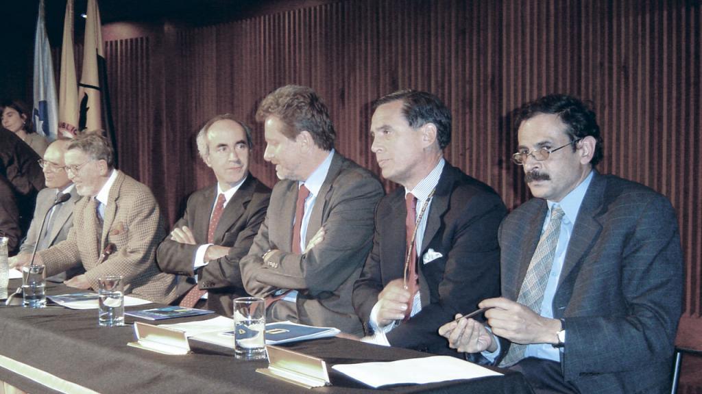 5 personajes en la mesa principal de un evento