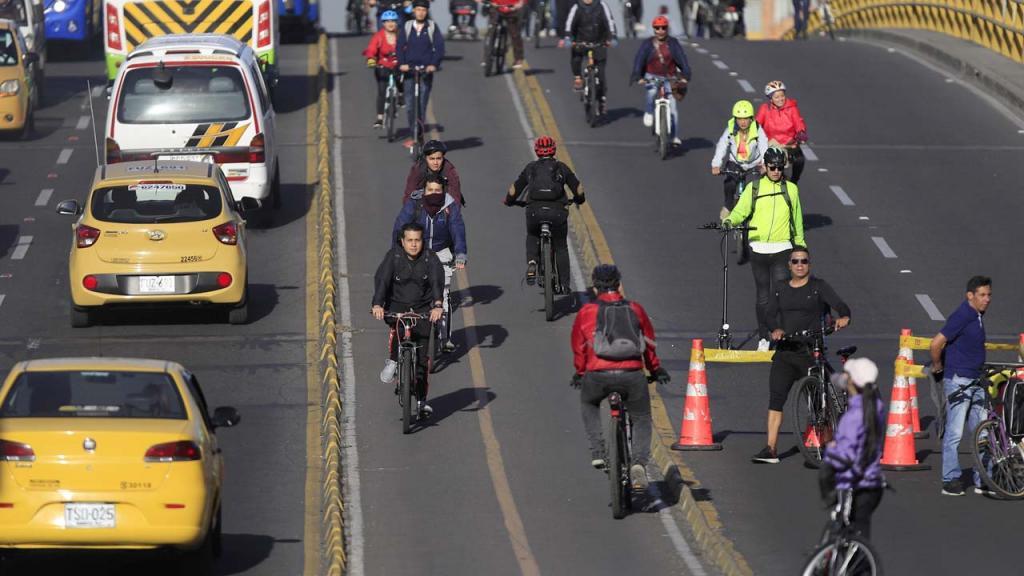 Vía de Bogotá con usuarios en bibicleta
