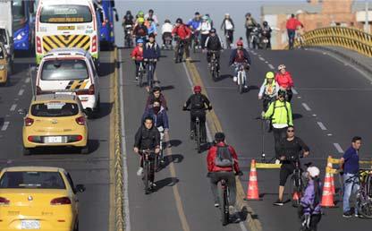 Vía de Bogotá con usuarios en bicicleta