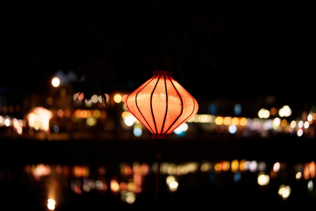 Lámpara iluminada durante celebración del Año Nuevo Chino