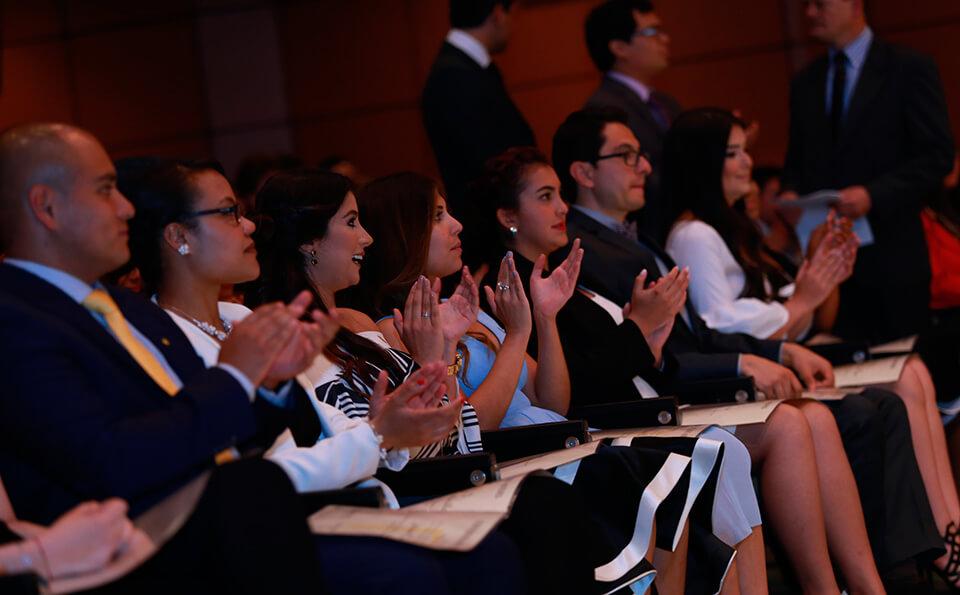 Foto aplausos ceremonia medicina