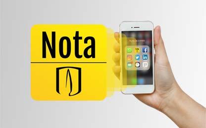 Una mano sostiene un celular con la aplicación Nota Uniandina