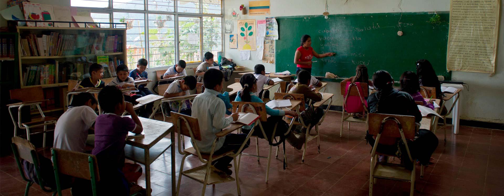 Imagen salón de clases escuela primaria en Colombia