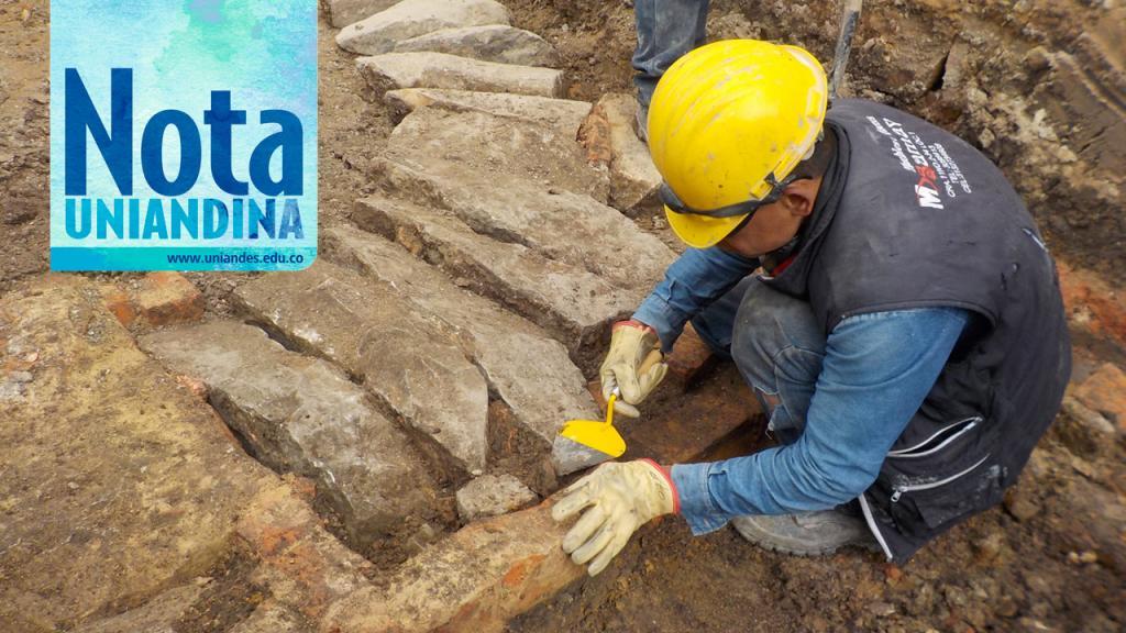 Hombre arqueólogo inspecciona el suelo.