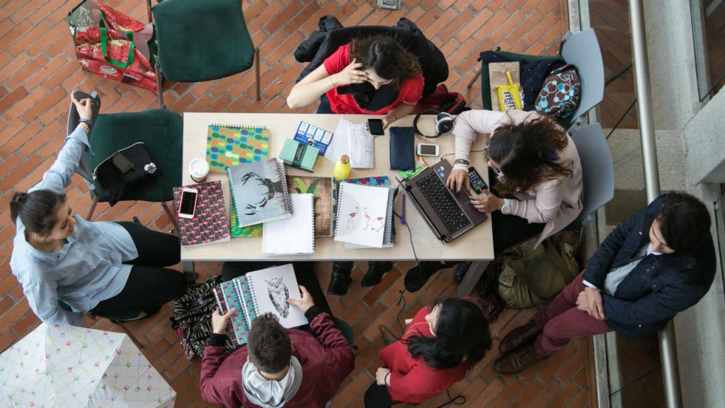 Estudiantes adelantan sus actividades académicas en el campus de la Universidad de los Andes.