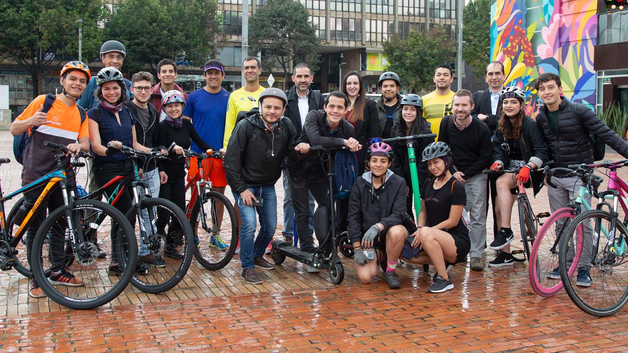 Foto de los participantes de la carrera de modos