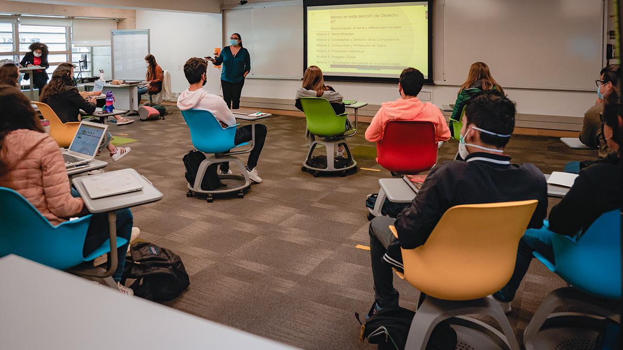 estudiantes tomando clases en las aulas