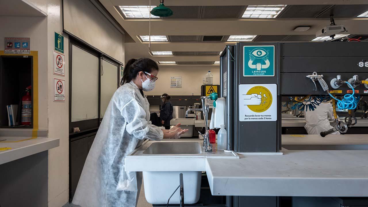 Foto del lavado de manos en los laboratorios