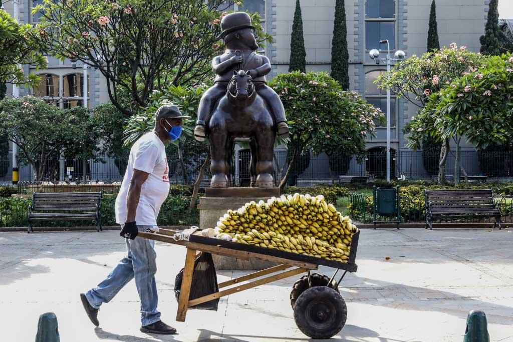 Foto de un vendedor informal con tapabocas en Medellín