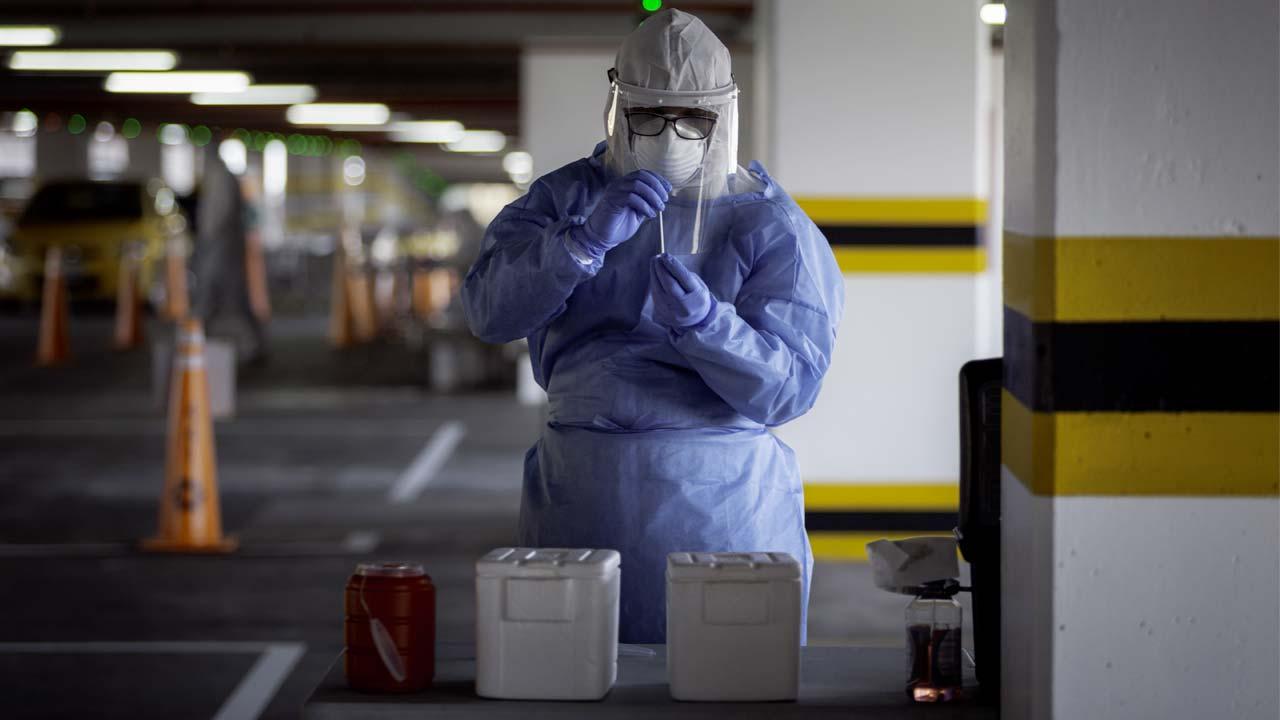 Foto de una persona con los implementos de bioseguridad.