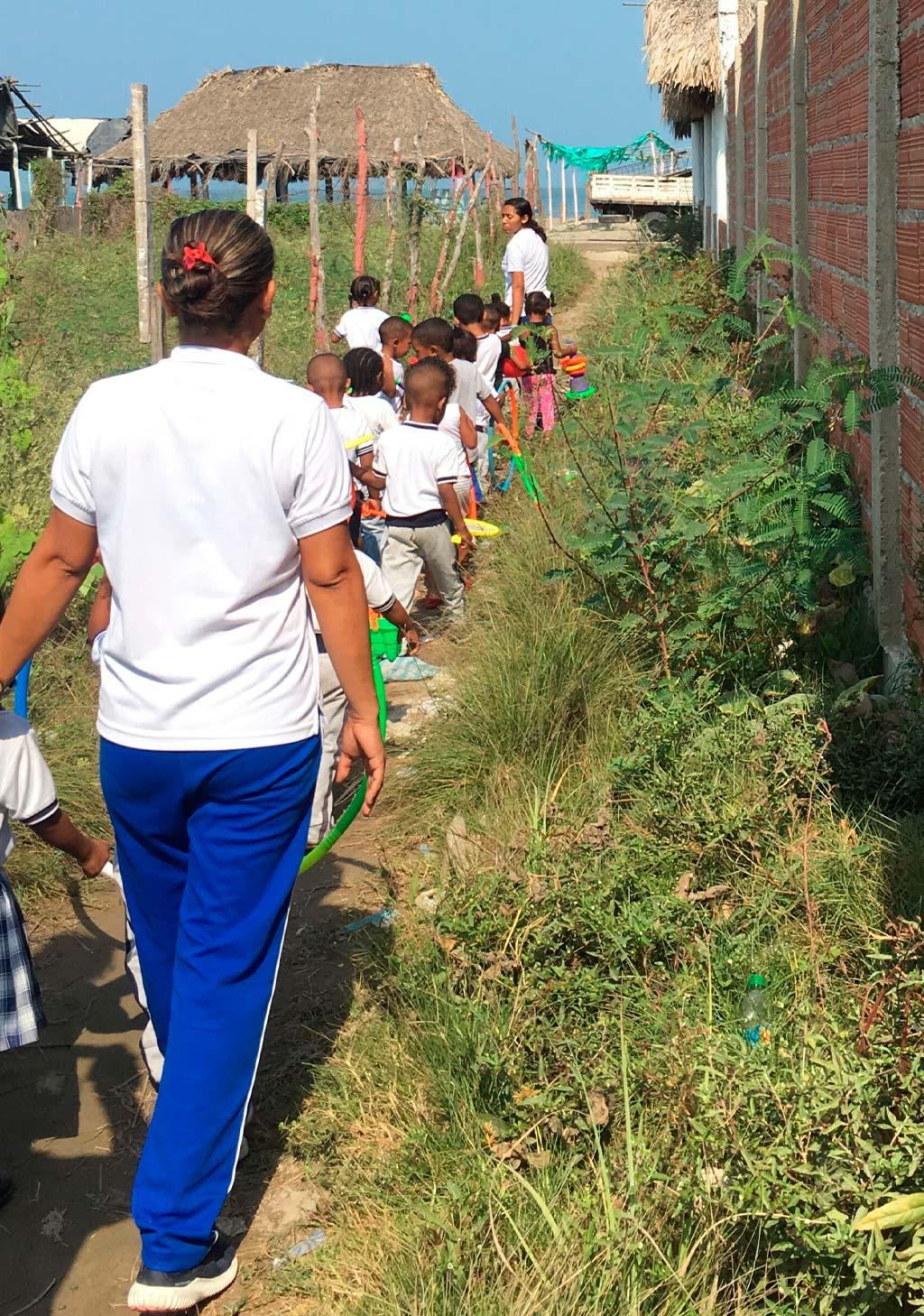 Foto de niños de escuela caminando