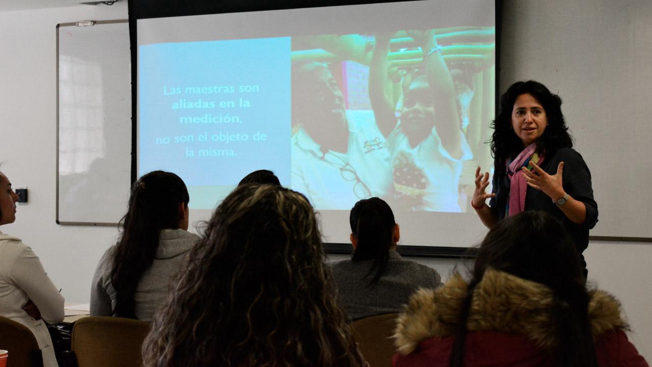 Foto de la profesora Carolina Maldonado en un taller con educadoras